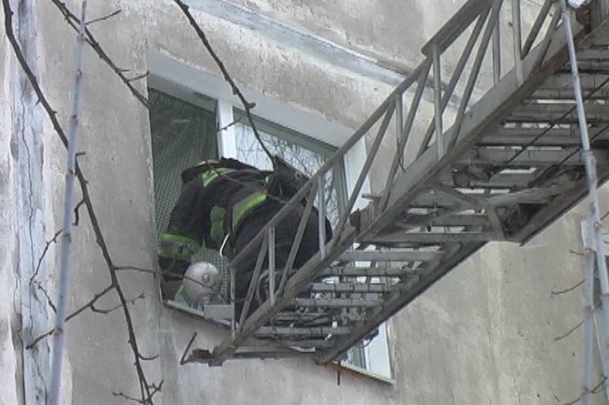 Один дома. В Чернигове маленький ребенок закрылся сам в квартире на 4-м этаже (фото) - фото 1