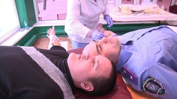 Главный милиционер столицы сдал кровь для пострадавших бойцов АТО (фото) - фото 1