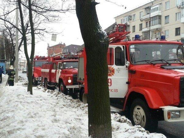 В Харькове неизвестные в балаклавах забросали офис всеукраинской газеты коктейлями молотова (фото) - фото 1