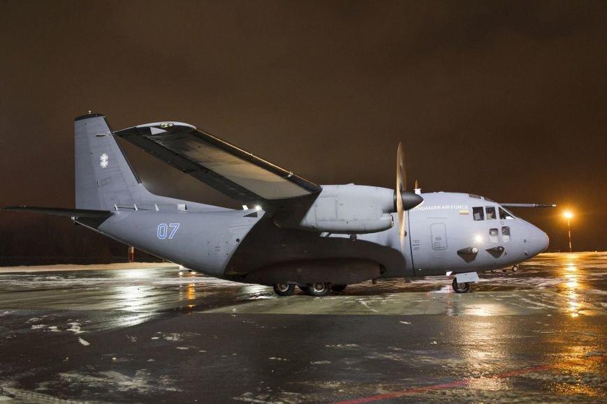 Літак з українськими військовими і добровольцями (фото –  15min.lt)