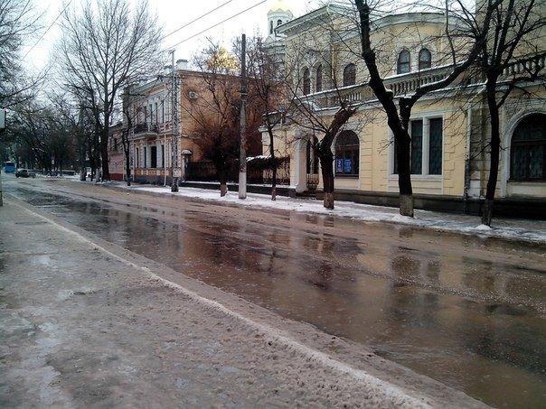 Резкое потепление превратило улицы Симферополя в венецианские каналы: Горожане ругают украинскую власть (ФОТО) (фото) - фото 7