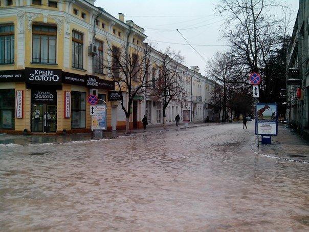 Резкое потепление превратило улицы Симферополя в венецианские каналы: Горожане ругают украинскую власть (ФОТО) (фото) - фото 6