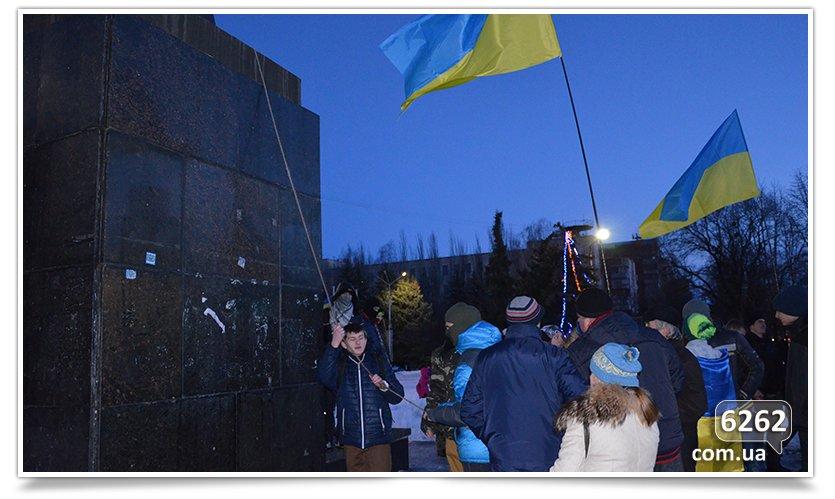 В Славянске состоялся флэшмоб сноса Ленина (фото) - фото 5