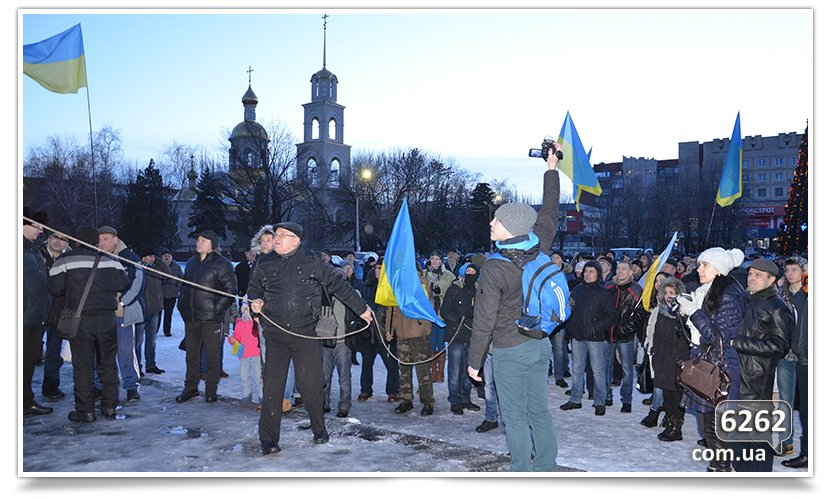 В Славянске состоялся флэшмоб сноса Ленина (фото) - фото 1
