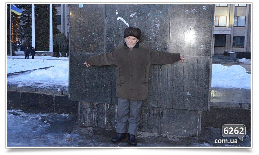 В Славянске состоялся флэшмоб сноса Ленина (фото) - фото 2