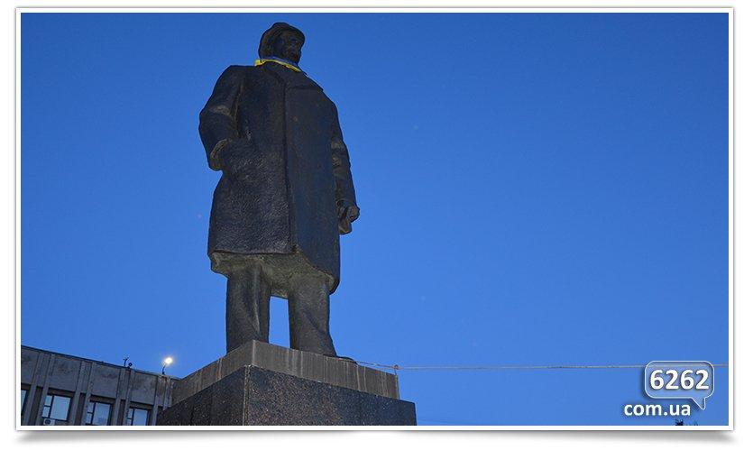 В Славянске состоялся флэшмоб сноса Ленина (фото) - фото 3