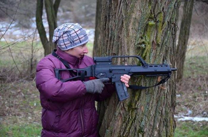 На Львівщині старенька бабуся не побоялась взяти в руки автомат та навчилась стріляти (ФОТОРЕПОРТАЖ) (фото) - фото 4