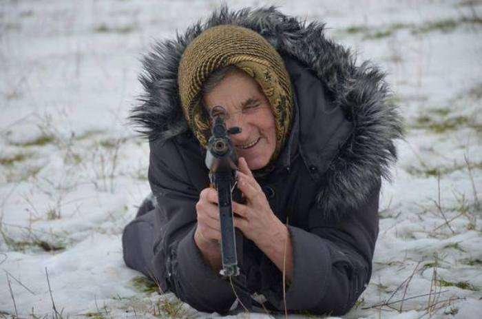 На Львівщині старенька бабуся не побоялась взяти в руки автомат та навчилась стріляти (ФОТОРЕПОРТАЖ) (фото) - фото 5