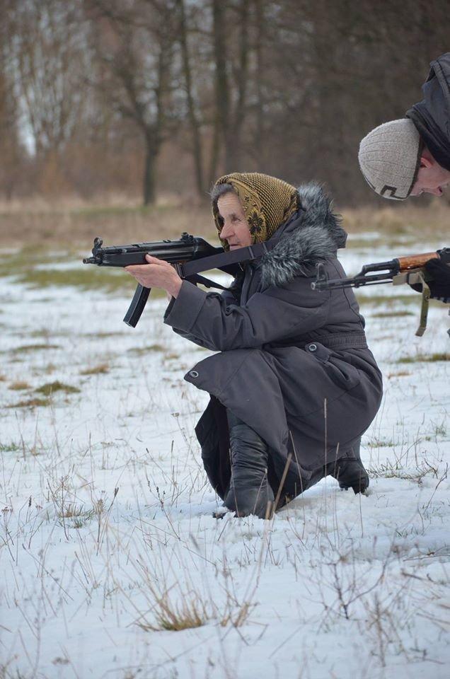 На Львівщині старенька бабуся не побоялась взяти в руки автомат та навчилась стріляти (ФОТОРЕПОРТАЖ) (фото) - фото 1