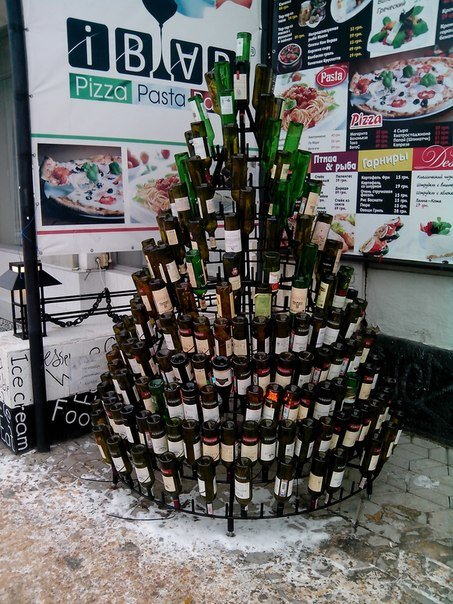 ФОТОФАКТ: В центре Симферополя «растят» винную елку (фото) - фото 1