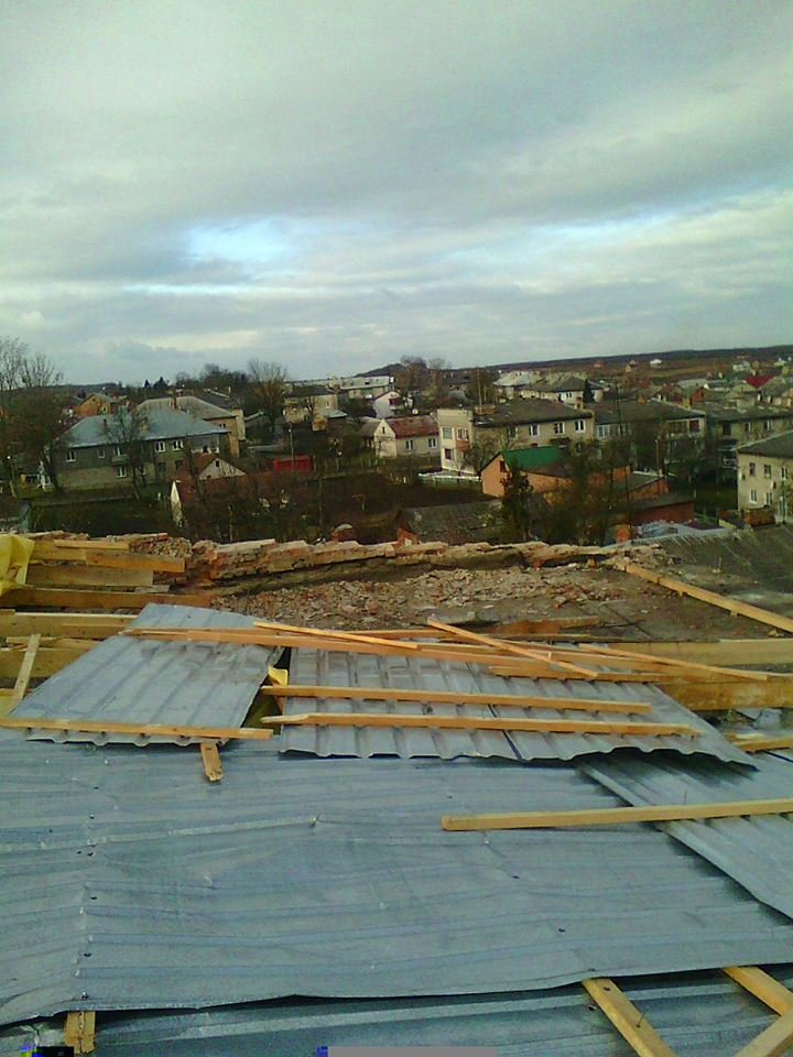 ФОТОФАКТ: на Львівщині відновлюють покрівлі будівель, що зазнали пошкоджень через буревії (фото) - фото 1