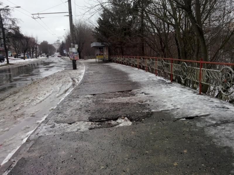 У Тернополі зупинка громадського транспорту потребує термінового ремонту (фото) (фото) - фото 1