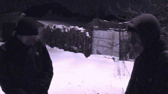 В Запорожье задержали воров, перевозивших на санках канализационный люк (ФОТО) (фото) - фото 1