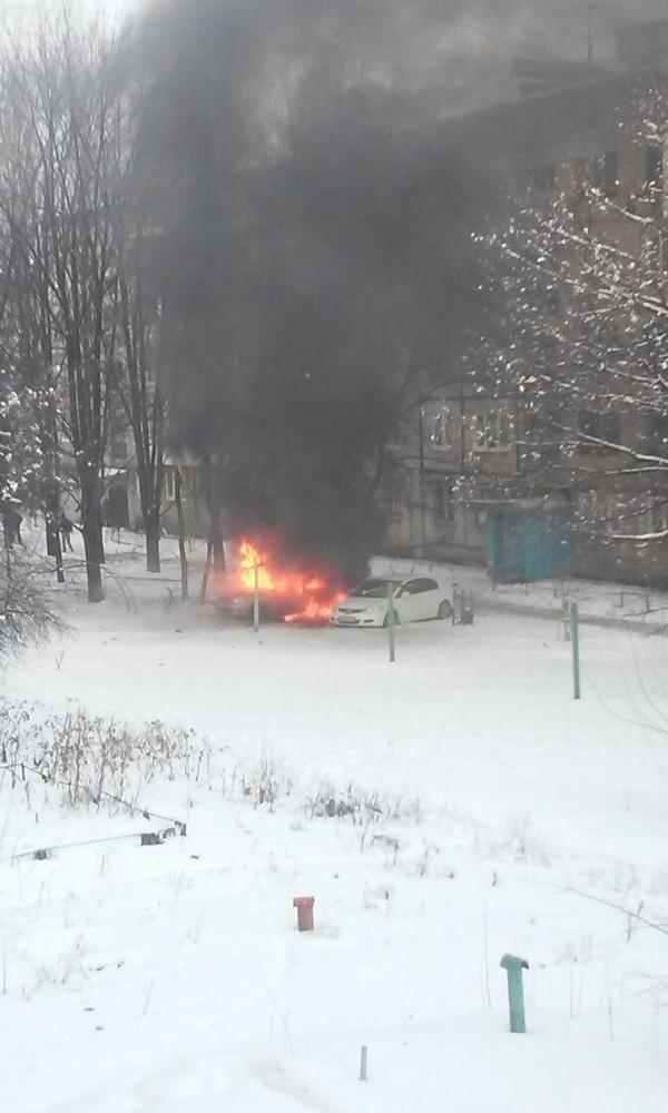 В Донецке на Путиловке во дворе многоэтажки загорелась машина (ФОТО) (фото) - фото 1
