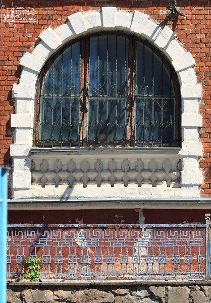 Тріщини та пошкоджена покрівля: у Тернополі руйнується старовинна вілла (фото) (фото) - фото 2