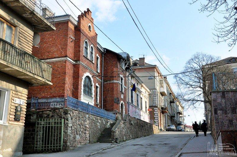 Тріщини та пошкоджена покрівля: у Тернополі руйнується старовинна вілла (фото) (фото) - фото 1