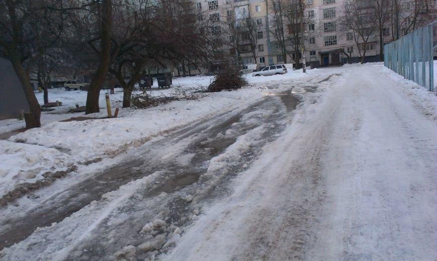 ФОТОФАКТ: В Запорожье не отремонтированная дорога во дворах превратился в почти не проездное месиво (фото) - фото 1