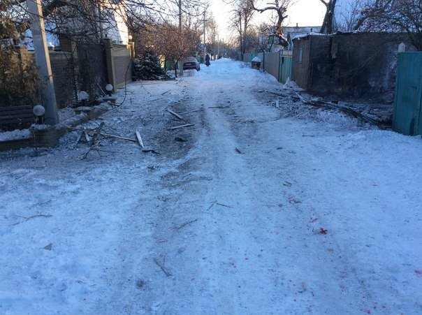 Последствия ночного обстрела Авдеевки (ФОТОРЕПОРТАЖ) (фото) - фото 4