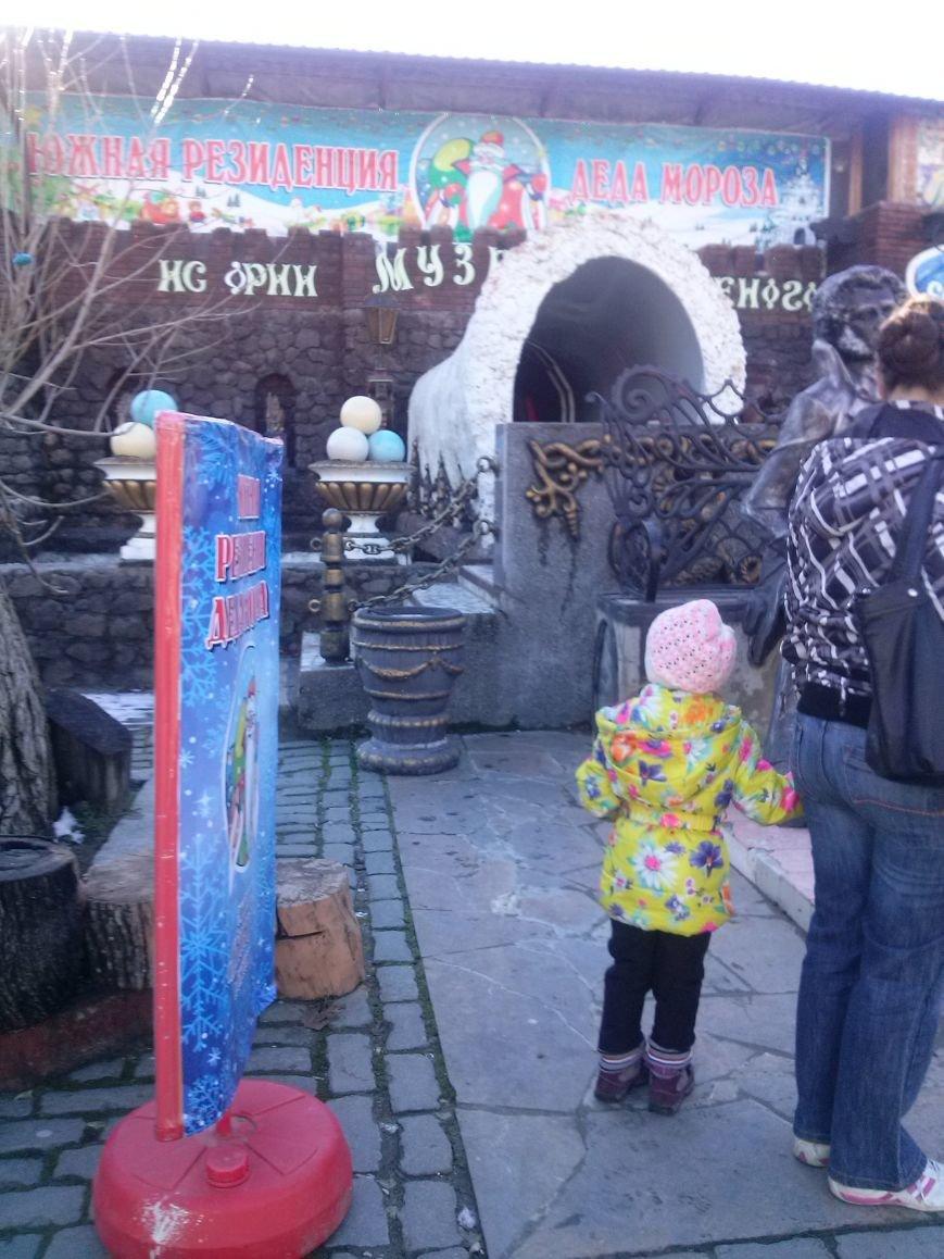 Российский Дед Мороз довел севастопольских детей до слез: аз-за задержки самолета многие так и не дождались его в Южной Резиденции (фото) - фото 1