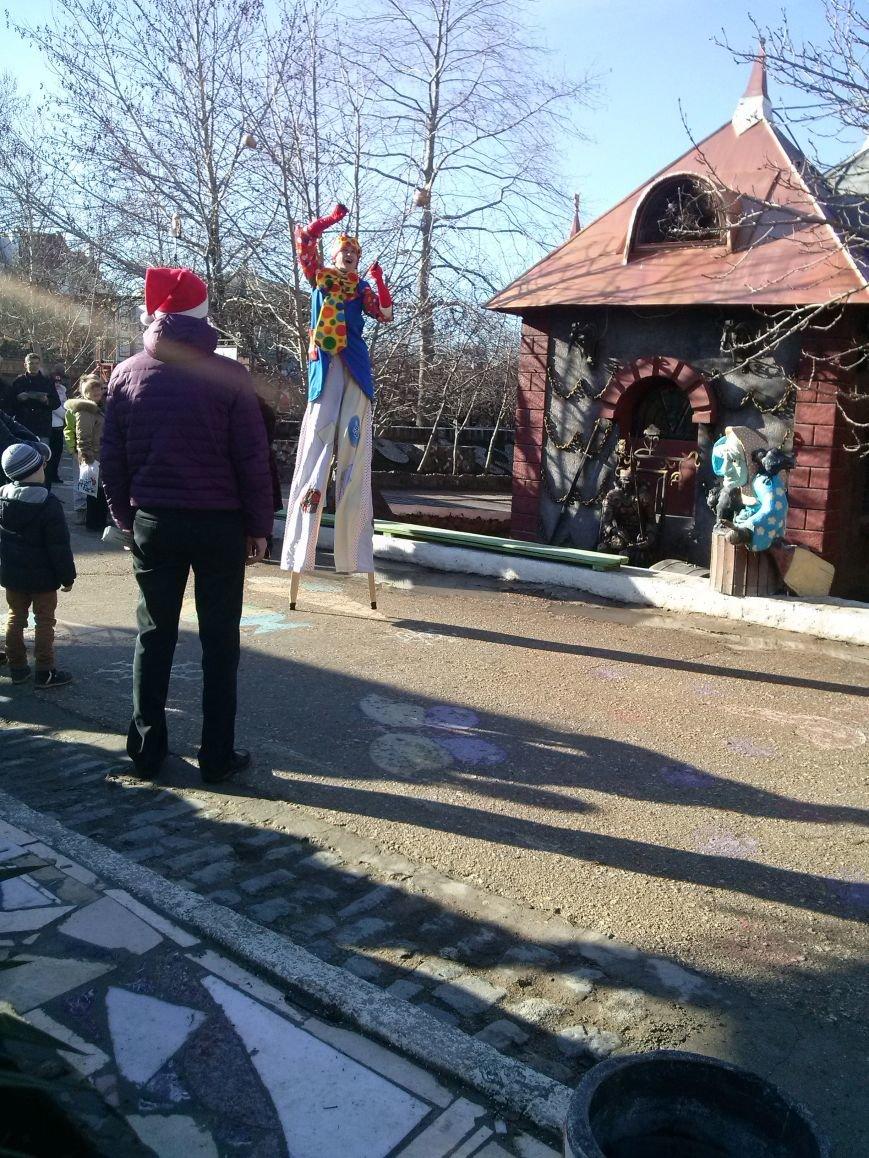 Российский Дед Мороз довел севастопольских детей до слез: аз-за задержки самолета многие так и не дождались его в Южной Резиденции (фото) - фото 2