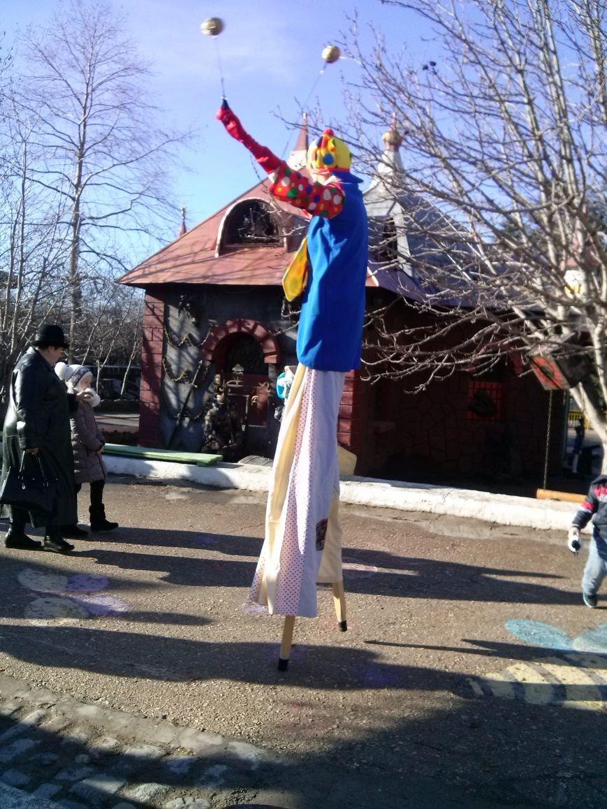 Российский Дед Мороз довел севастопольских детей до слез: аз-за задержки самолета многие так и не дождались его в Южной Резиденции (фото) - фото 3