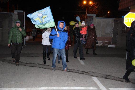 Як у Львові зустріли Героїв АТО: додому повернулись 500 десантників (ФОТОРЕПОРТАЖ) (фото) - фото 24