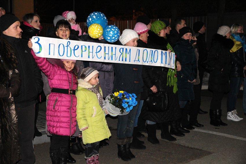 Як у Львові зустріли Героїв АТО: додому повернулись 500 десантників (ФОТОРЕПОРТАЖ) (фото) - фото 19