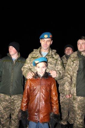 Як у Львові зустріли Героїв АТО: додому повернулись 500 десантників (ФОТОРЕПОРТАЖ) (фото) - фото 10