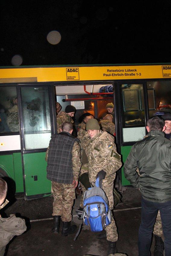 Як у Львові зустріли Героїв АТО: додому повернулись 500 десантників (ФОТОРЕПОРТАЖ) (фото) - фото 18