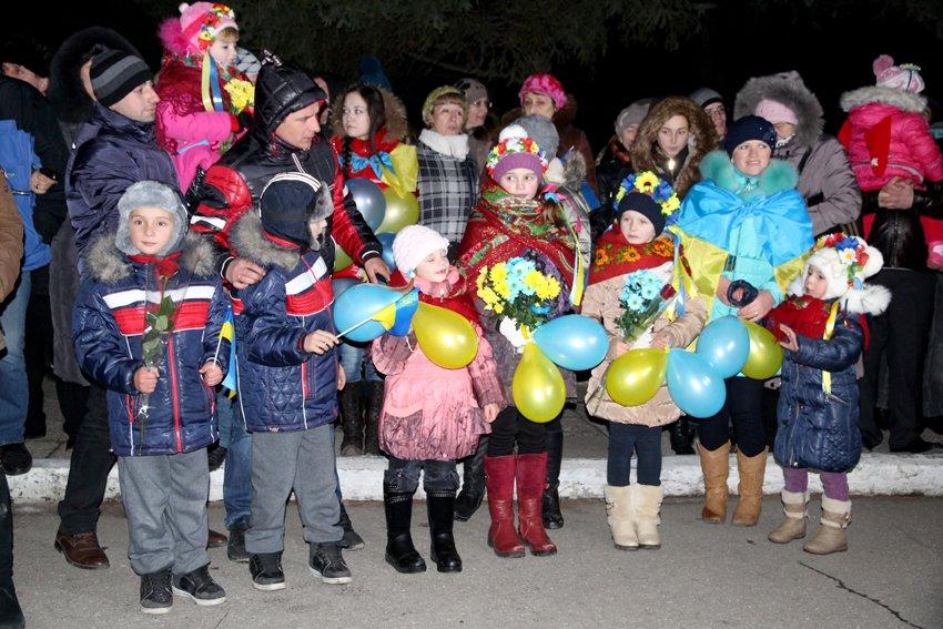 Як у Львові зустріли Героїв АТО: додому повернулись 500 десантників (ФОТОРЕПОРТАЖ) (фото) - фото 22