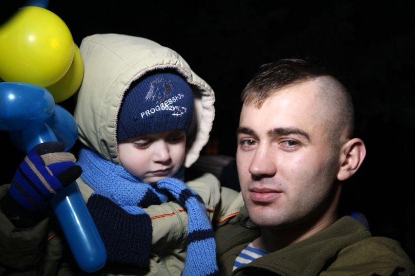 Як у Львові зустріли Героїв АТО: додому повернулись 500 десантників (ФОТОРЕПОРТАЖ) (фото) - фото 16