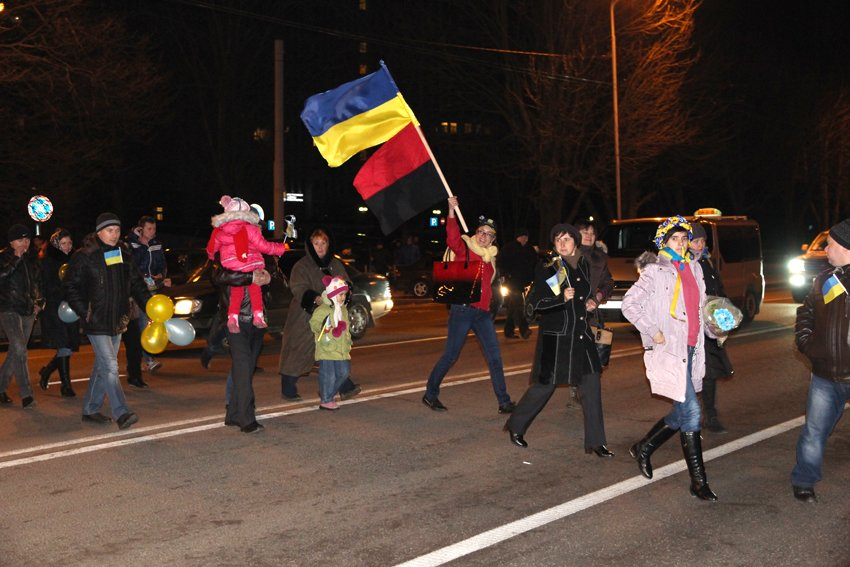 Як у Львові зустріли Героїв АТО: додому повернулись 500 десантників (ФОТОРЕПОРТАЖ) (фото) - фото 25