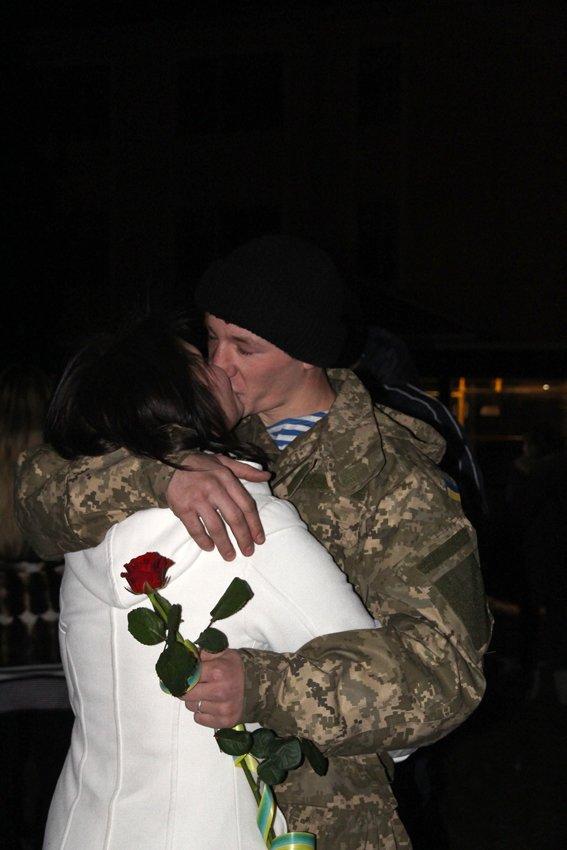Як у Львові зустріли Героїв АТО: додому повернулись 500 десантників (ФОТОРЕПОРТАЖ) (фото) - фото 13