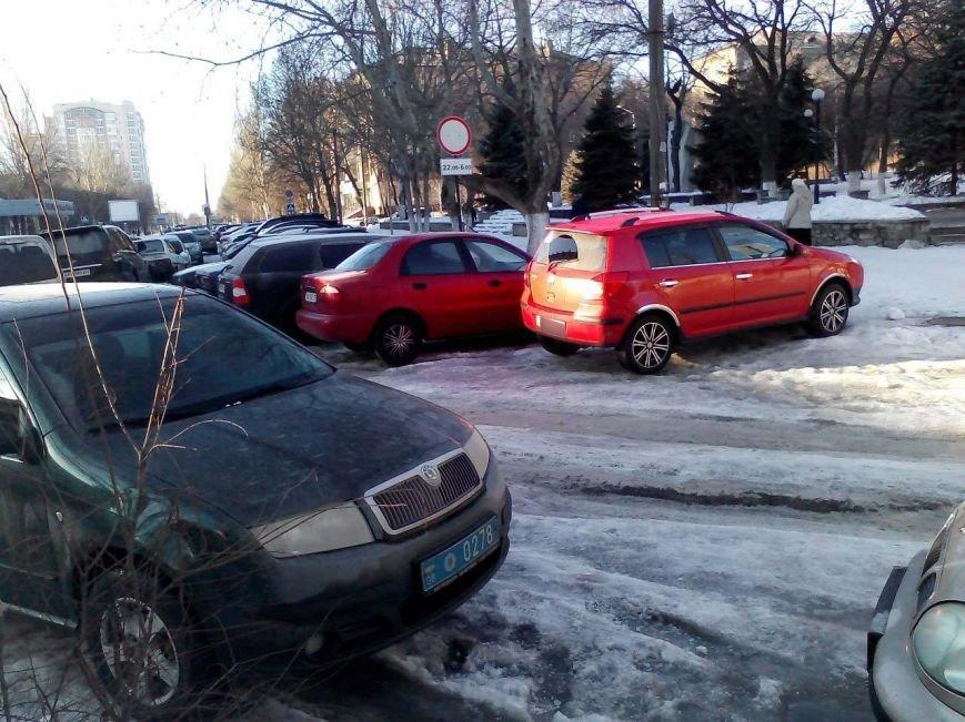 ФОТОФАКТ: В Запорожье «зебру» возле областного УВД перегородили несколько автомобилей (фото) - фото 1