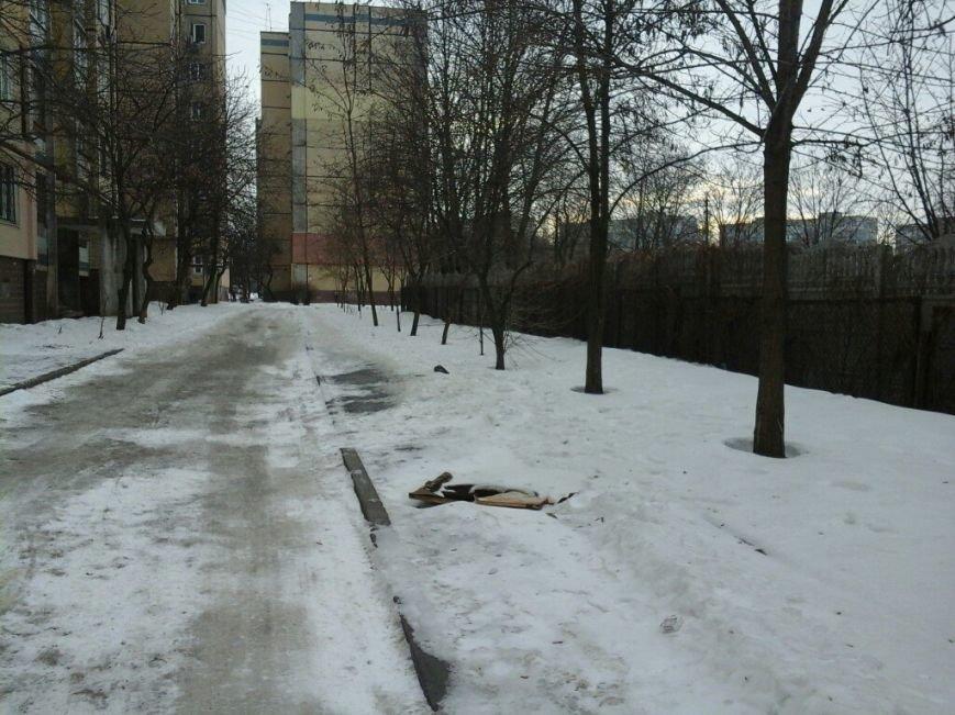 Открытые канализационные люки возле школ  в Кривом Роге «закрывают» фанерой и веточками (ФОТОФАКТ) (фото) - фото 3