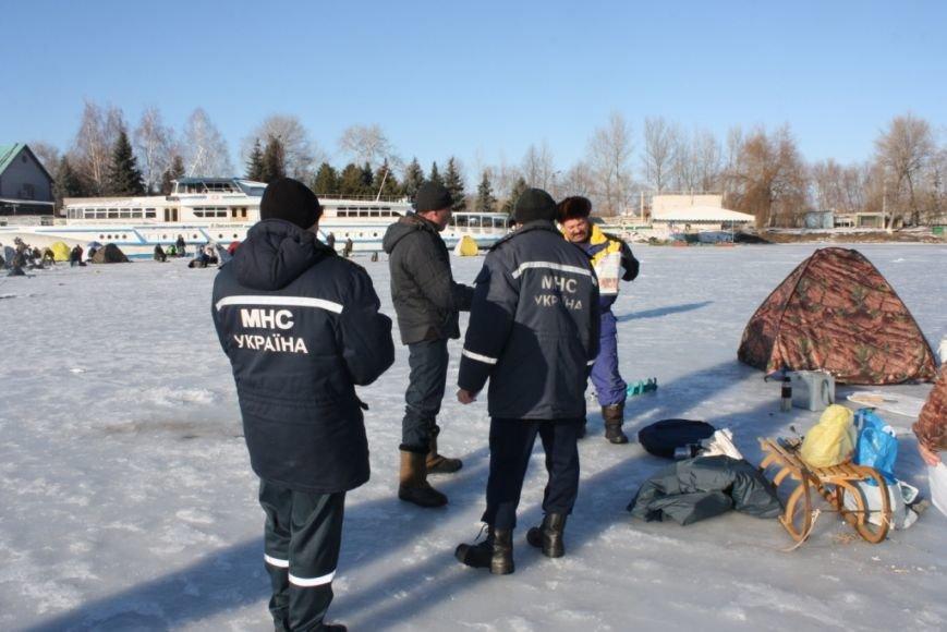 Спасатели и рыбинспекторы предостерегают любителей зимней рыбалки не рисковать собственными жизнью (фото) - фото 3