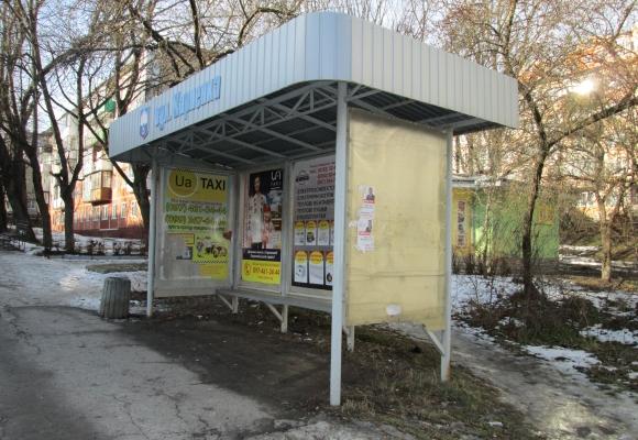 У Тернополі невідомі побили зупинку на вул. Карпенка (фото) (фото) - фото 1
