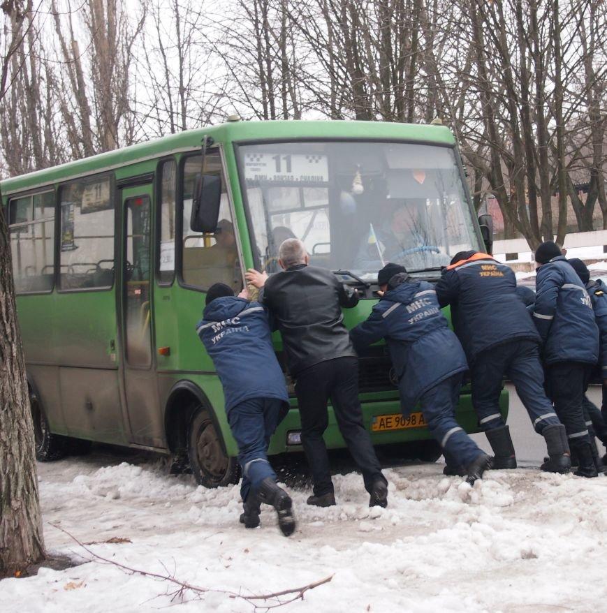 В Днепродзержинске пассажирский автобус застрявший из-за плохого состояния дорог, доставали с помощью спасателей (фото) - фото 2