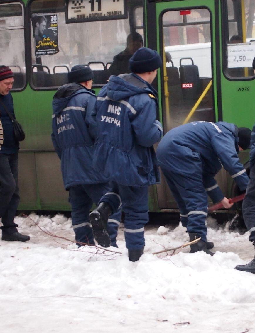 В Днепродзержинске пассажирский автобус застрявший из-за плохого состояния дорог, доставали с помощью спасателей (фото) - фото 1