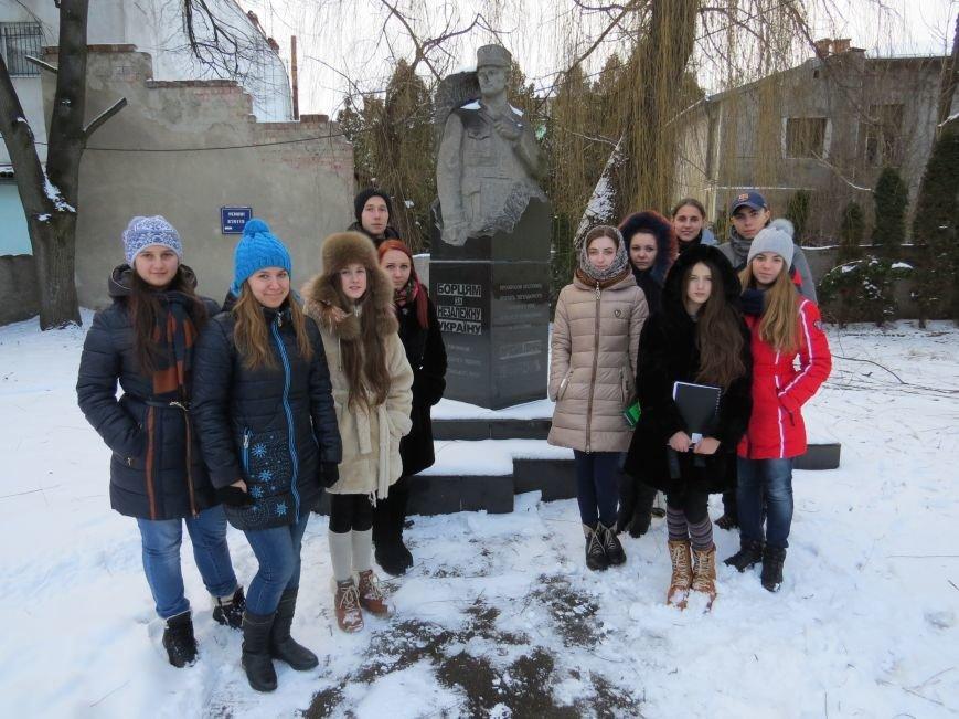Біля пам'ятнику у Коломиї М.Симчичу при житті