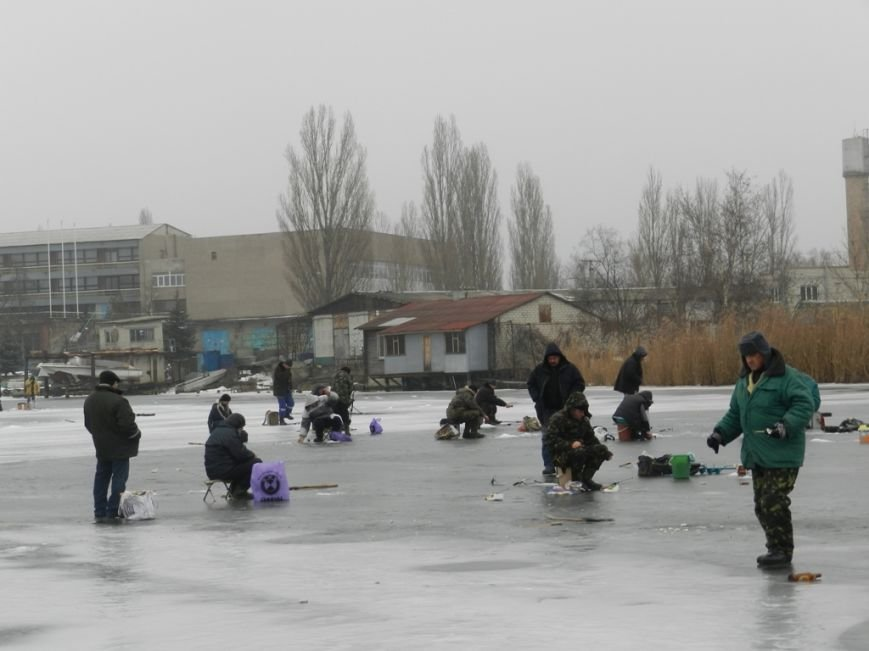 Спасатели Херсона напоминают рыбакам правила безопасности на льду (фото) - фото 1
