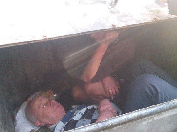 Тернопільські активісти запхали двох суддів запхали в сміттєвий бак (фото) (фото) - фото 1