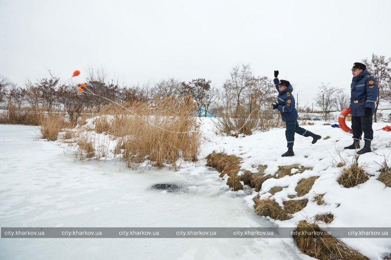Спасатели не рекомендуют харьковчанам выходить на лед (ФОТО) (фото) - фото 1