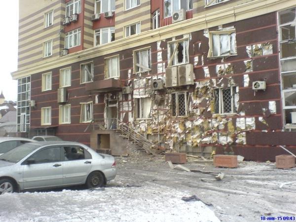 В Донецке в результате страшного артобстрела разрушены десятки домов, есть раненые (ФОТО) (фото) - фото 1
