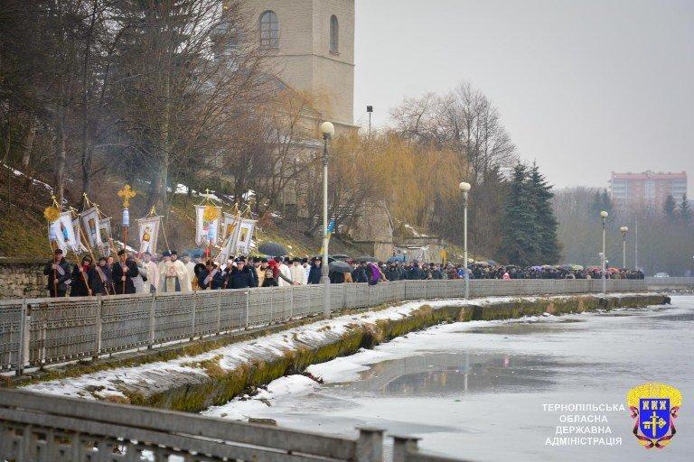 На Тернопільському ставі освятили воду (фото) - фото 1