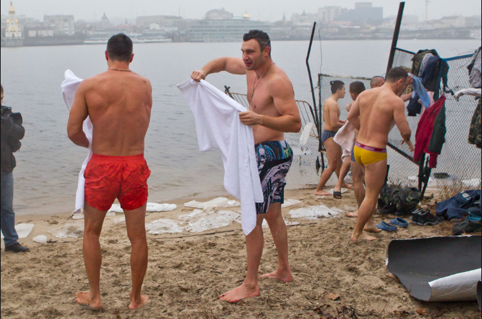 На Крещение братья Кличко вместе с казаками ныряли в ледяной Днепр (ФОТО, ВИДЕО) (фото) - фото 1