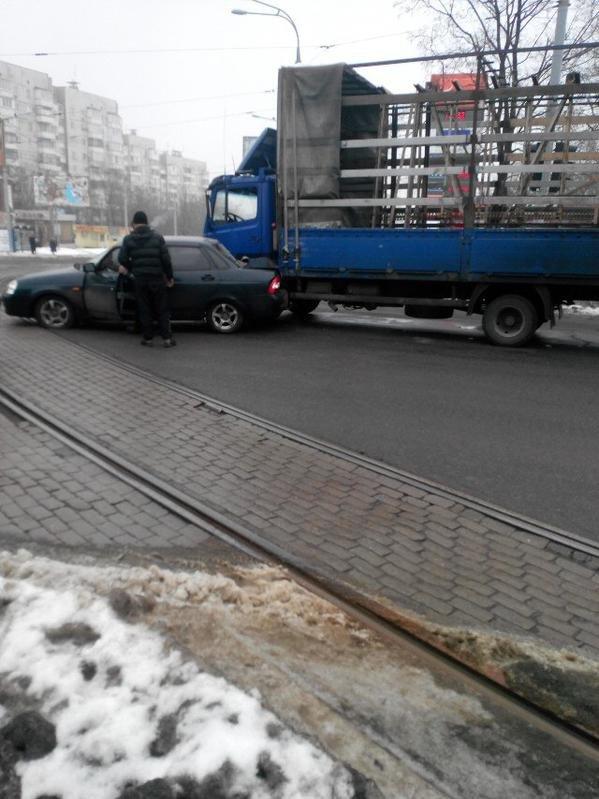 В центре Донецка на трамвайной линии произошло ДТП -  движение трамвая № 1 остановлено (ФОТО) (фото) - фото 1