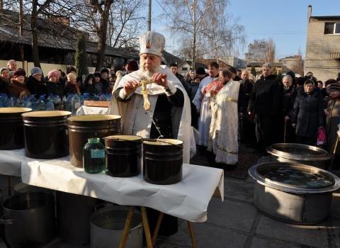 Как павлоградцы окунались в ополонки на крещение: фоторепортаж (фото) - фото 1