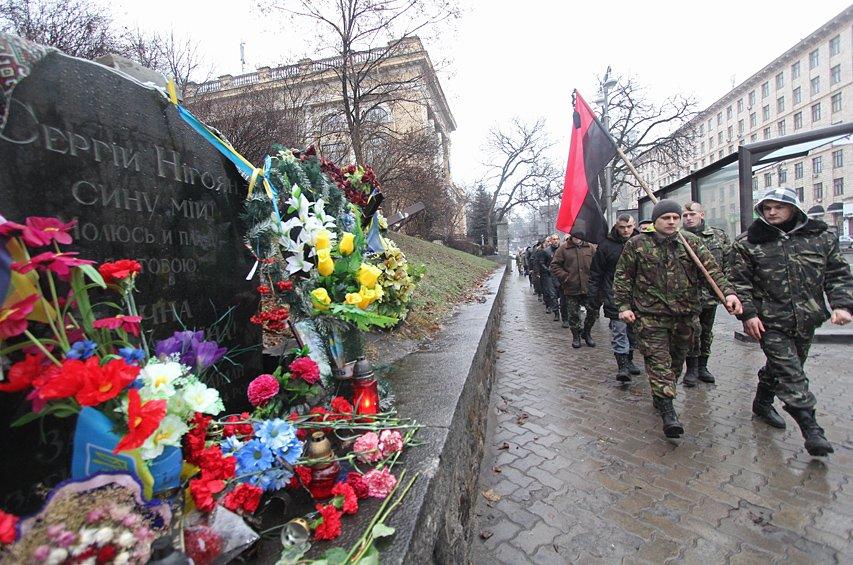 В Киеве активисты «Правого сектора» с коктейлями Молотова напомнили о Евромайдане (ФОТО) (фото) - фото 1