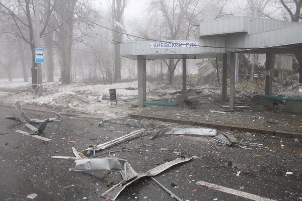 В Донецке снаряд попал в остановку - погиб один и ранены 6 мирных жителей (ФОТО) (фото) - фото 1